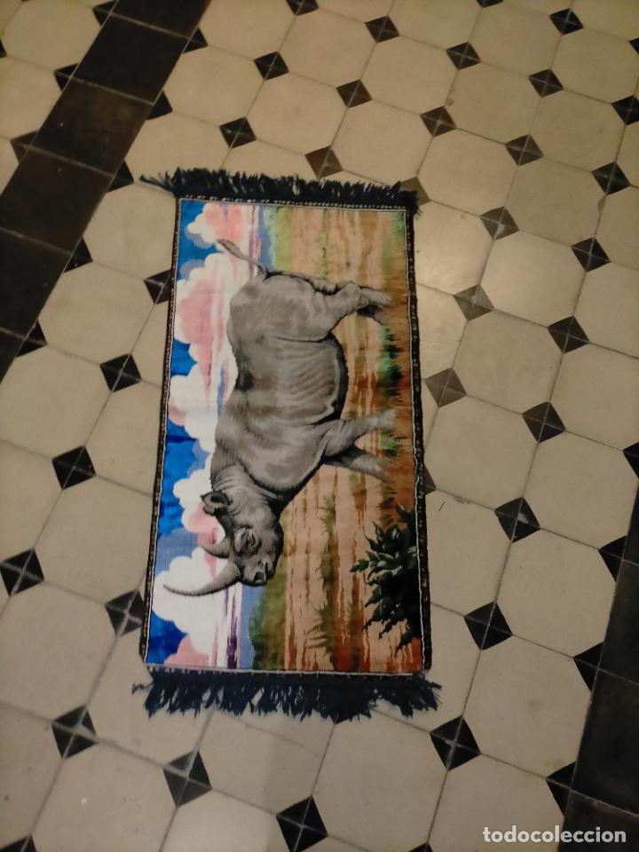 Antigüedades: antiguo tapiz tapete camino de mesa aterciopelado serie animales rinoceronte 106 x 50 cm aproximados - Foto 7 - 221509293