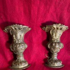 Antigüedades: PAREJA DE APLIQUES DE PARED EN FORMA DE COPA, EN METAL REPUJADO.. Lote 221541050