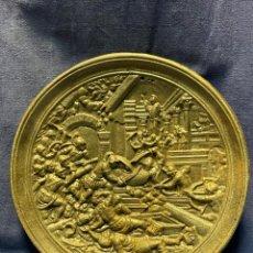 Antigüedades: PLATO HIERRO COLADO ESCENA CLASICA RENACIMIENTO BATALLA RUINAS COLGAR S XIX XX 26CMS DIAMETRO. Lote 221548108