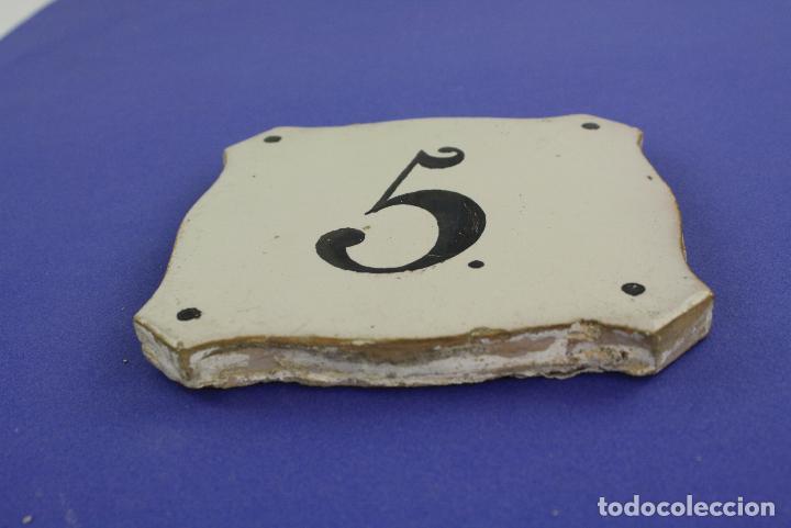 Antigüedades: Azulejo con numeración para edificio, número 5, siglo XIX. - Foto 2 - 221555910