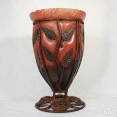 Antigüedades: JARRÓN ESTILO LOUIS MAJORELLE DE VIDRIO SOPLADO Y HIERRO - ART DECÓ - CIRCA 1920. Lote 221587593