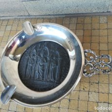 Antigüedades: ANTIGUO CENICERO DE METAL PLATEADO CON IMAGEN RELIGIOSA EN RELIEVE ANTIGUA - 29 CM. Lote 221618713