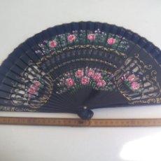 Antigüedades: ABANICO PINTADO A MANO, CON VARILLAJE DE MADERA. ESPAÑA. Lote 221633687