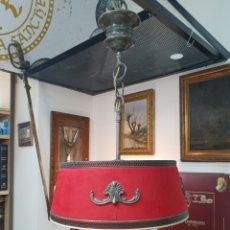 Antigüedades: BONITA LAMPARA DE TECHO AÑOS 60 DE 3 LUCES CON TULIPA DE METAL Y FORRADA EN TELA ADORNOS DE BRONCE. Lote 221634546