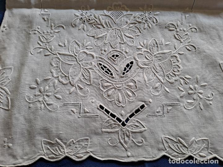 Antigüedades: Magnifico Camino mesa/mueble Antiquo. Lino BLANCO.Bordado a mano totalmente 40 x 105 cm.nuevo - Foto 4 - 221695538