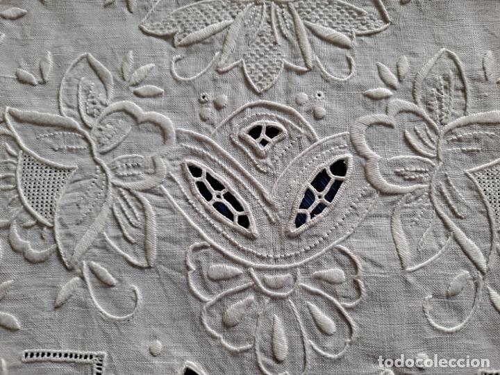 Antigüedades: Magnifico Camino mesa/mueble Antiquo. Lino BLANCO.Bordado a mano totalmente 40 x 105 cm.nuevo - Foto 7 - 221695538