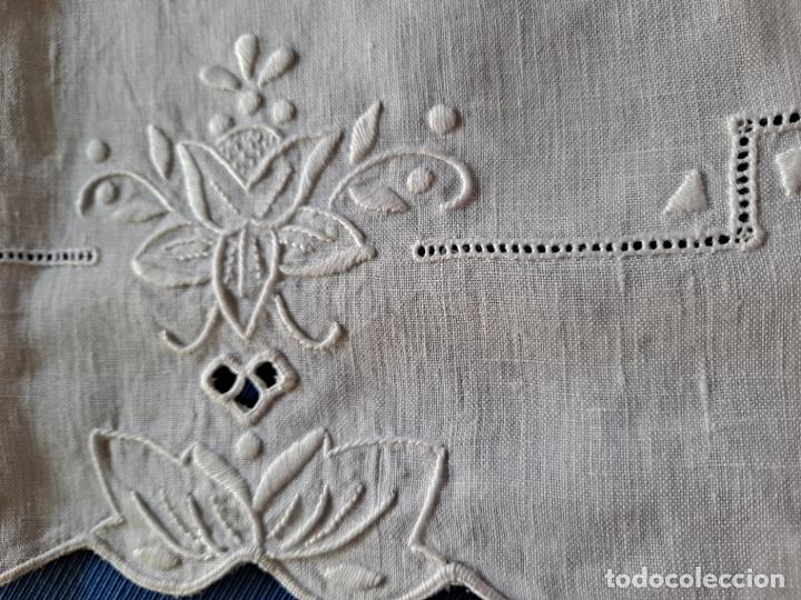 Antigüedades: Magnifico Camino mesa/mueble Antiquo. Lino BLANCO.Bordado a mano totalmente 40 x 105 cm.nuevo - Foto 11 - 221695538