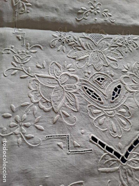 Antigüedades: Magnifico Camino mesa/mueble Antiquo. Lino BLANCO.Bordado a mano totalmente 40 x 105 cm.nuevo - Foto 16 - 221695538