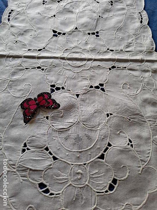 Antigüedades: Magnifico Camino mesa/mueble Antiquo. Lino BLANCO.Bordados a mano. 35 x 120 cm.Ovalada.nuevo - Foto 2 - 221699220