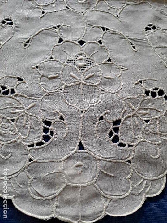 Antigüedades: Magnifico Camino mesa/mueble Antiquo. Lino BLANCO.Bordados a mano. 35 x 120 cm.Ovalada.nuevo - Foto 3 - 221699220