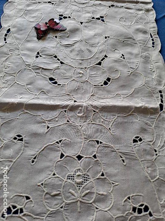 Antigüedades: Magnifico Camino mesa/mueble Antiquo. Lino BLANCO.Bordados a mano. 35 x 120 cm.Ovalada.nuevo - Foto 7 - 221699220