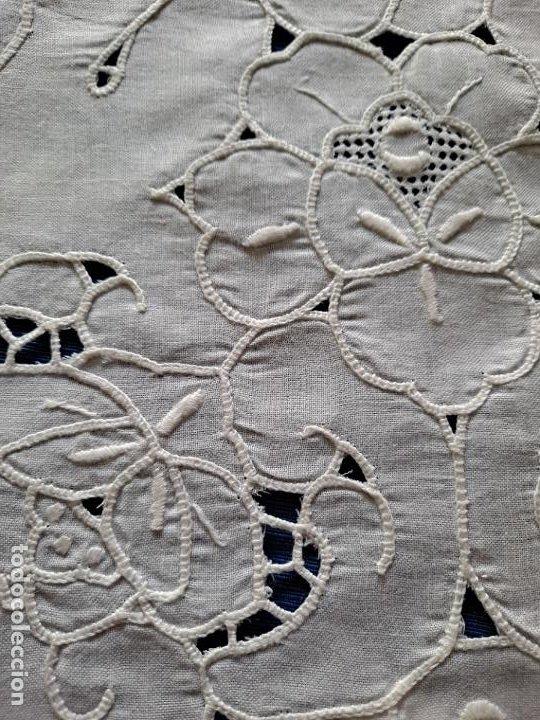 Antigüedades: Magnifico Camino mesa/mueble Antiquo. Lino BLANCO.Bordados a mano. 35 x 120 cm.Ovalada.nuevo - Foto 8 - 221699220