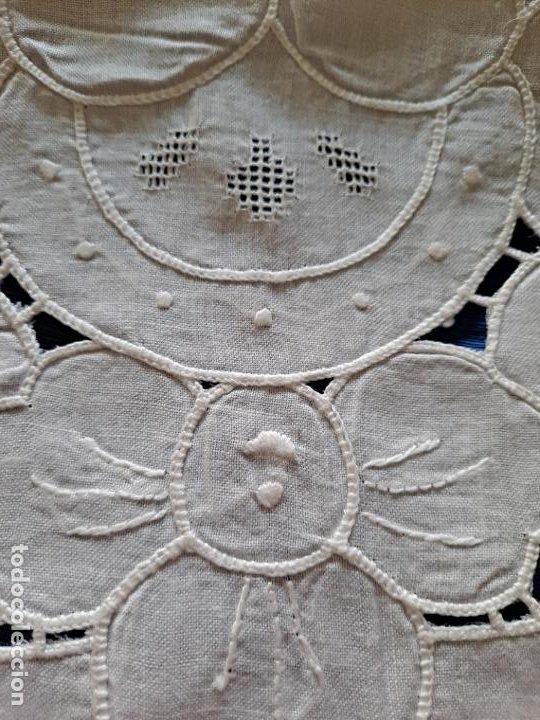 Antigüedades: Magnifico Camino mesa/mueble Antiquo. Lino BLANCO.Bordados a mano. 35 x 120 cm.Ovalada.nuevo - Foto 9 - 221699220