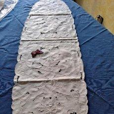 Antigüedades: MAGNIFICO CAMINO MESA/MUEBLE ANTIQUO. LINO BLANCO.BORDADOS A MANO. 35 X 120 CM.OVALADA.NUEVO. Lote 221699220