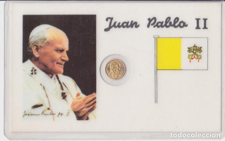 TARJETA PLASTIFICADA CON MONEDA CONMEMORATIVA DE JUAN PABLO II (Antigüedades - Religiosas - Varios)