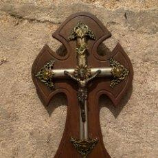 Antigüedades: CRUCIFIJO ANTIGUO DE METAL SOBRE MADERA Y CON PICA. Lote 221742317