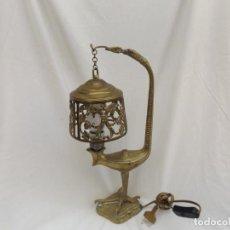 Antigüedades: LAMPADA DE SOBREMESA DE BRONCE CON FORMA DE SERPIENTE. Lote 221743588