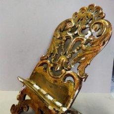 Antigüedades: ATRIL DE MADERA, ESTUCADO Y DORADO, SIGLO XVIII. Lote 221769172