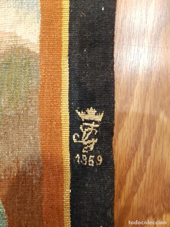 """Antigüedades: Tapiz manual de la Fundacion de Gremios, 1969. """"Zorro con aves"""" - Foto 2 - 221775116"""