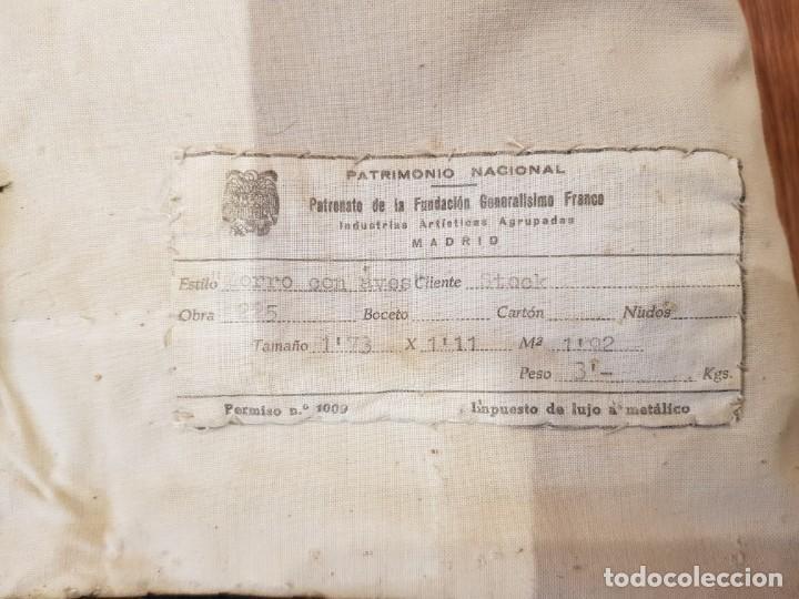 """Antigüedades: Tapiz manual de la Fundacion de Gremios, 1969. """"Zorro con aves"""" - Foto 4 - 221775116"""
