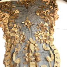 Antigüedades: MANTILLA DE CHANTILLY BORDADA EN ORO. Lote 221781257