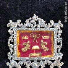 Antigüedades: RELICARIO METAL LACRADO JESUS CRISTO SAN JUAN CON CUÑOS DEL NO&DO. Lote 221783302
