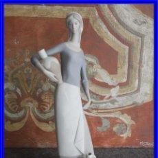Antigüedades: FIGURA DE PORCELANA CHICA CON CANTAROS FIRMADA EN LA BASE NAO. Lote 221793667