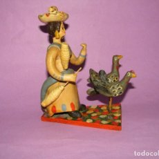 Antigüedades: ANTIGUA FIGURA DE MUJER CON AVES EN TERRACOTA ARTE POPULAR DE ESTREMOZ FIRMADA EN INCISO. Lote 221807793