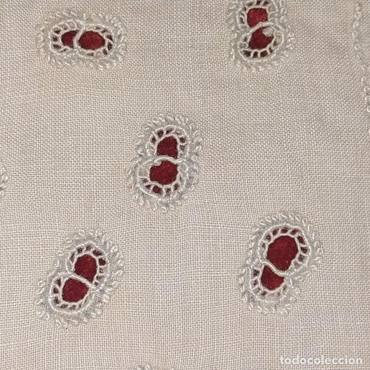 Antigüedades: CUBRECAMA EN LINO Y SEDA BORDADO A MANO. 250X144. ESPAÑA. SIGLO XIX-XX - Foto 4 - 221879593
