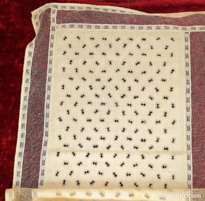 Antigüedades: CUBRECAMA EN LINO Y SEDA BORDADO A MANO. 250X144. ESPAÑA. SIGLO XIX-XX - Foto 10 - 221879593