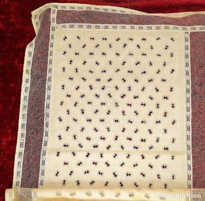 CUBRECAMA EN LINO Y SEDA BORDADO A MANO. 250X144. ESPAÑA. SIGLO XIX-XX (Antigüedades - Hogar y Decoración - Colchas Antiguas)