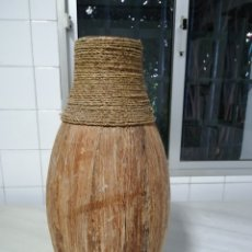 Antigüedades: JARRÓN 47 CM FORRADO DE CHAPA DE MADERA Y CUERDA. Lote 221883492