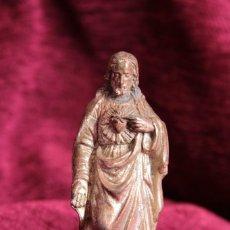 Antigüedades: PEQUEÑA FIGURA DEL SAGRADO CORAZÓN. CALAMINA. SMALL FIGURE OF THE SACRED HEART. CALAMINE.. Lote 221884060
