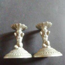 Antigüedades: PAREJA DE CANDELEROS CON FIGURAS DE ATLAS. METAL. Lote 221902473