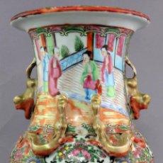 Antigüedades: JARRÓN EN PORCELANA DE CANTÓN PINTADO A MANO ESCENAS CORTESANAS CHINA SIGLO XIX. Lote 221902828