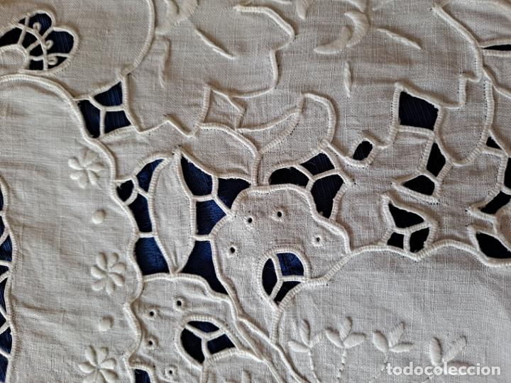 Antigüedades: Antiquo Tapete años 70.Lino BLANCO Bordado a mano .40x26 cm.nuevo - Foto 8 - 221906133