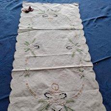 Antigüedades: ANTIQUO CAMINO MESA/MUEBLE AÑOS 70.ALGODON BLANCO BORDADOS NAVIDAD 34X72 CM.NUEVO. Lote 221924658