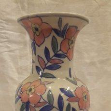 Antigüedades: JARRON FLORERO MARCAS EN BASE ALTURA 26 CMTS. Lote 221937856