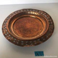 Antigüedades: ANTIGUO PLATO METÁLICO CON GRABADOS A MANOS. Lote 221939616