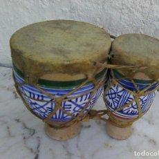 Antigüedades: PAREJA DE TAMBORES ORIGINARIOS DE MARRUECOS EN PIEL Y CERÁMICA. Lote 221946367