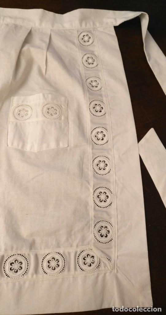 Antigüedades: VD 23 Elegante delantal blanco con bolsillos - traje regional, disfraz y/o doncella - 47cm x 53cm - Foto 2 - 221950210