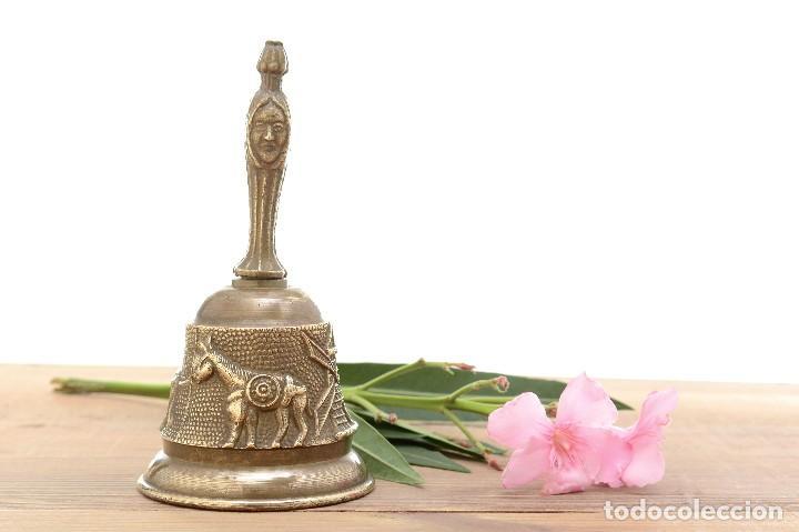 Antigüedades: Campana de mano vintage de latón con relieve - Foto 2 - 221953577