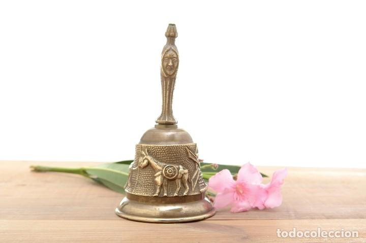 Antigüedades: Campana de mano vintage de latón con relieve - Foto 3 - 221953577