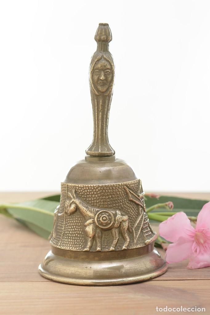 Antigüedades: Campana de mano vintage de latón con relieve - Foto 4 - 221953577