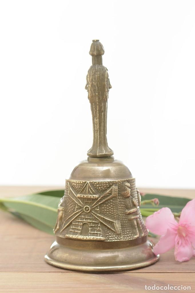 Antigüedades: Campana de mano vintage de latón con relieve - Foto 5 - 221953577