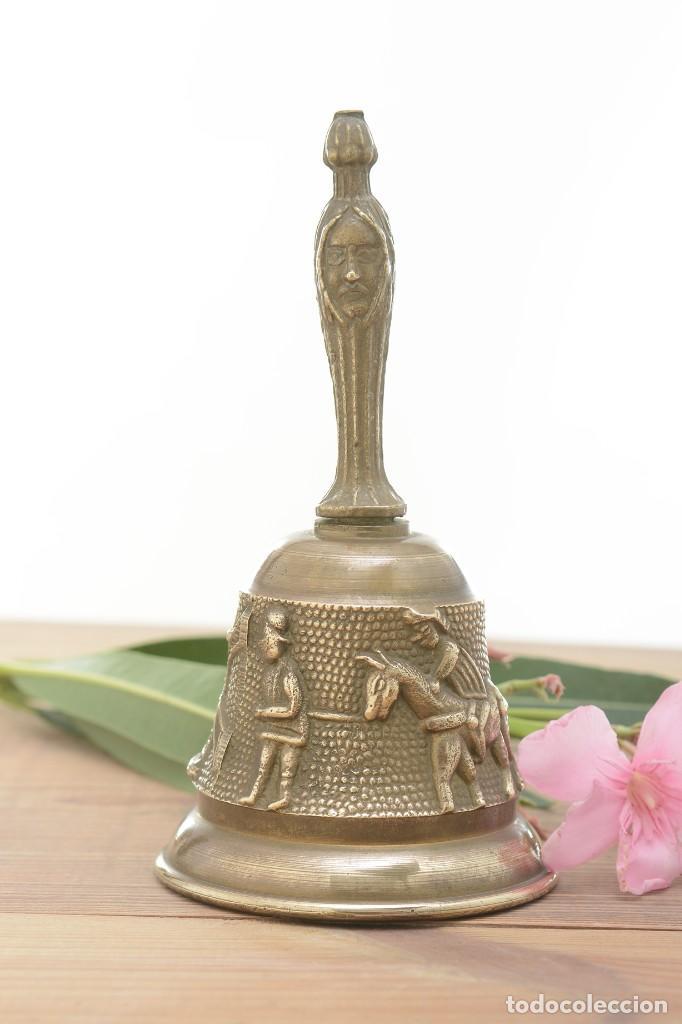 Antigüedades: Campana de mano vintage de latón con relieve - Foto 6 - 221953577