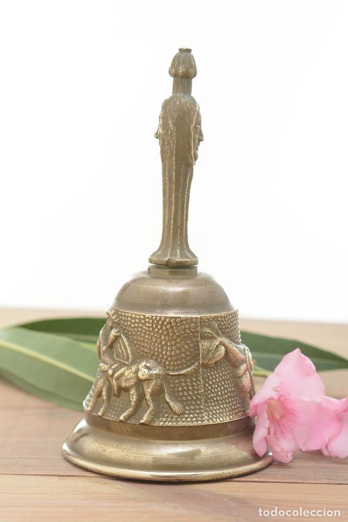 Antigüedades: Campana de mano vintage de latón con relieve - Foto 7 - 221953577