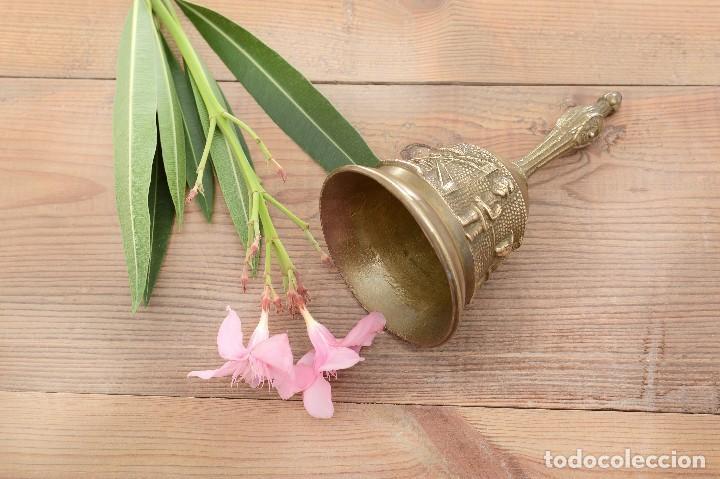 Antigüedades: Campana de mano vintage de latón con relieve - Foto 8 - 221953577