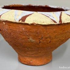 Antigüedades: ANTIGUO RECIPIENTE CAFEÍNA O HECHO Y PINTADO A MANO. PROCEDENTE DE GAMBIA. RARO. ELABORADO CON BARRO. Lote 221957051