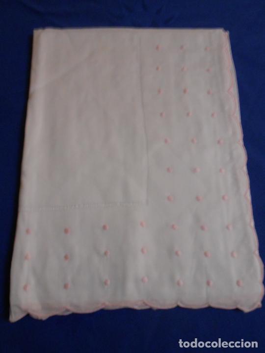 Antigüedades: Precioso Juego Clasico 2 piezas para cuna bebe.Algodon BLANCO Bordado rosa 110 X 160 cm.Nuevo - Foto 3 - 221962086
